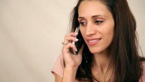 De mooie mobiele telefoon van de vrouwengreep stock footage