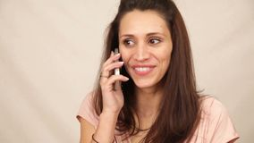 De mooie mobiele telefoon van de vrouwengreep stock video