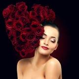 De mooie modelvrouw nam bloem in het zout van de de vormschoonheid van het haarhart toe Royalty-vrije Stock Fotografie