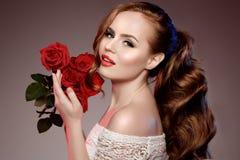 De mooie modelvrouw nam de make-up van de de schoonheidssalon van het bloemhaar toe royalty-vrije stock afbeelding