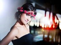 De mooie modieuze jonge vrouw met stad steekt achtergrond aan Stock Fotografie