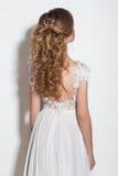 De mooie modieuze kapsels voor jonge meisjes mooie gevoelige bruid in een mooi huwelijk kleden zich op een witte achtergrond in T royalty-vrije stock foto