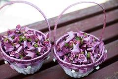 De mooie, modieuze purpere decoratie van het bloemhuwelijk in manden c Royalty-vrije Stock Fotografie