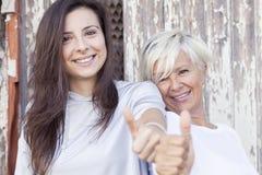 De mooie moeder en de volwassen dochter maken het teken Royalty-vrije Stock Fotografie