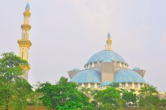 De mooie moskee Wilayah bij twillight Stock Afbeeldingen