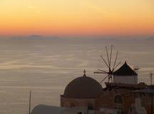 De Mooie Nagloeiing van de Zonsondergang bij Oia Dorp op Santorini-Eiland Griekenland Royalty-vrije Stock Fotografie