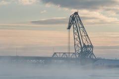 De mooie ochtendwinter lanscape van kraan bij de haven Stock Foto's