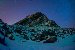 De mooie openluchtmening van melkachtige manier met duizend van sterren in de hemel en de reusachtige berg behandelde met sneeuw  Royalty-vrije Stock Fotografie