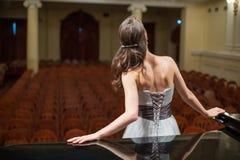 De mooie operazanger is achter Stock Foto