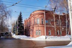 De mooie oranje baksteenbouw Stad in de winter stock fotografie
