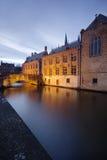 De mooie huizen en een brug dachten in de kanalen van Brugge (Brugge) na - België. Stock Afbeeldingen