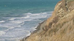 De mooie overzeese kust schommelt het strandgolven die van de klippenzonsondergang zon het glanzen de zomerconcept verpletteren v stock footage
