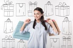 De mooie pakketten van de vrouwenholding na het winkelen Stock Afbeelding