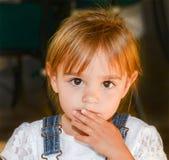 De mooie peuter met grote ogen bekijkt de camera Royalty-vrije Stock Foto