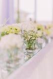 De mooie rechthoekvaas met kleine witte binnen bloemen Royalty-vrije Stock Afbeeldingen