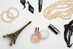 De mooie reeks toebehoren van de vrouwenmanier en de schoonheidsmiddelen op een witte vlakte als achtergrond leggen hoogste menin Stock Fotografie