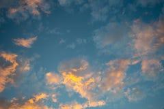De mooie romantische wolken van de cumuluszonsondergang in schemeringtijd voor achtergrond royalty-vrije stock fotografie