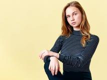 De mooie roodharigetiener met sproeten die voor manierportret stellen, pastelkleur kleurt achtergrond Schitterende jonge vrouw royalty-vrije stock afbeeldingen
