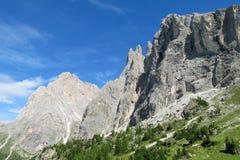De mooie rotsachtige pieken van dolomietalpen en groene hellingen Royalty-vrije Stock Foto's