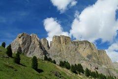 De mooie rotsachtige pieken van dolomietalpen en groene hellingen Stock Foto