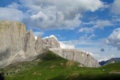 De mooie rotsachtige pieken van dolomietalpen en groene vallei Stock Foto's