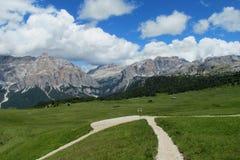 De mooie rotsachtige pieken van dolomietalpen en groene vallei Stock Afbeeldingen