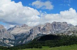 De mooie rotsachtige pieken van dolomietalpen en groene vallei Royalty-vrije Stock Afbeelding