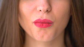 De mooie roze mollige beet van het lippenclose-up van chocolade, jong meisje stock video