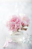 De mooie roze pioen bloeit boeket in vaas Royalty-vrije Stock Afbeeldingen