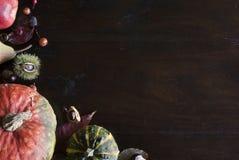 De mooie rustieke dalingsvlakte legt met bladeren, pompoenen en kastanjes op houten achtergrond royalty-vrije stock afbeeldingen