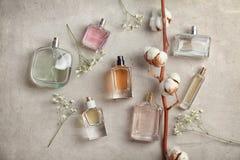 De mooie samenstelling met vlakke flessen van perfum e op lichte achtergrond, legt stock foto