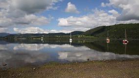 De mooie scène Cumbria Engeland het UK Ullswater van het Meerdistrict met bergen en blauwe hemel op kalme de zomerdag met reflect stock video