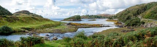 De mooie scène van de Waterkant in Noordwestenschotland stock foto's