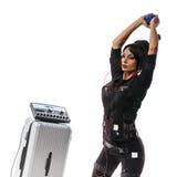 De mooie schommeling en de domoor van EMS fitness woman do dumbbell rukken weg Royalty-vrije Stock Foto