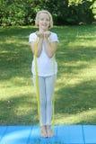 De mooie school verouderde jong geitjemeisje het spelen sporten met een elastiekje en een mat in openlucht in het park Gezonde Le Royalty-vrije Stock Afbeeldingen