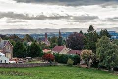 De Mooie Schotse Stad van Crieff met de Perthshire-Heuvels in Nevelige D royalty-vrije stock foto