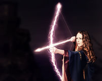 De mooie schutter van de feevrouw met een magische boog royalty-vrije stock foto's