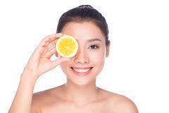 De mooie sexy donkerbruine vrouw met citrusvrucht op een witte achtergrond, gezond voedsel, smakelijk voedsel, organisch dieet, g Stock Afbeelding
