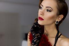 De mooie sexy jonge vrouw stalt voorzijde van de spiegel in de kleedkamer in kanten ondergoed in een retro stijl met heldere same Royalty-vrije Stock Afbeelding