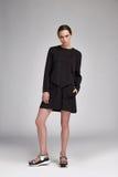 De mooie sexy kleding van de de slijtage zwarte zijde van het vrouwen donkerbruine lange haar Stock Fotografie