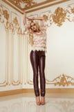 De mooie sexy kleding van de vrouwen blonde modieuze manier Stock Afbeelding