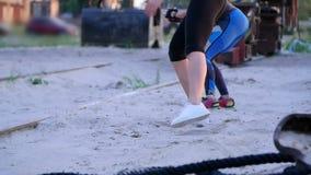 De mooie, slanke jonge vrouwen zijn bezig geweest met geschiktheid, sprong, uitvoeren sterkteoefeningen Bij dageraad, dichtbij ee stock video