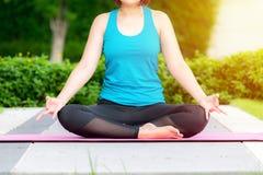 De mooie slanke vrouw maakt yogaoefening stock afbeeldingen