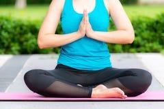 De mooie slanke vrouw maakt yogaoefening royalty-vrije stock afbeeldingen