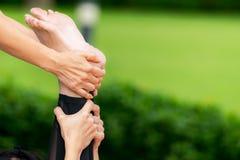 De mooie slanke vrouw maakt yogaoefening Stock Foto