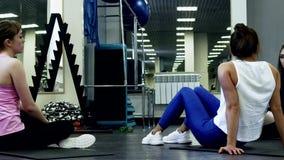 De mooie Slanke Vrouwen rusten tussen Reeksen stock video