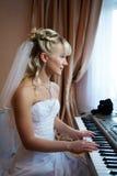 De mooie spelen van de Bruid op elektronische piano Stock Afbeeldingen