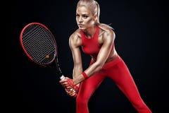 De mooie speler van het de vrouwentennis van de blondesport met racket in rood kostuum royalty-vrije stock foto