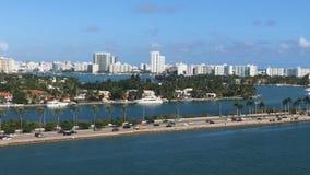 De mooie stad en de weg met auto's en palmen die van de cruise overgaan verschepen op de oceaan, reis, achtergrond stock videobeelden