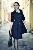 De mooie stadsvrouw heeft het lopen op een straat royalty-vrije stock afbeelding